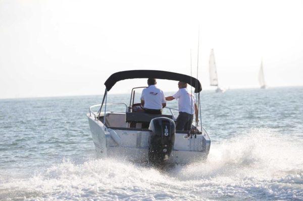 bateau à moteur coque en aluminium