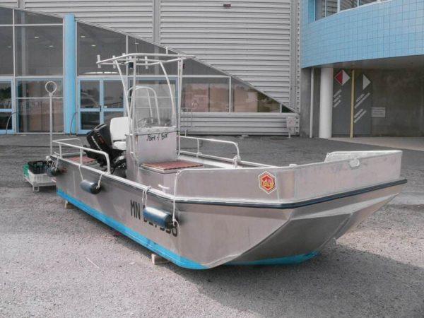 bateau a moteur fond plat